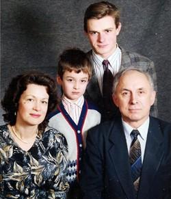 Фото 6. Валерий Парубец с сыном Виктором, Владиславом и Светланой, Санкт-Петербург, 1995 год