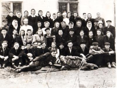 Anastasiya v sanatorii 1953 god 400x300 - Сохранившиеся фотографии разных лет: детские и до замужества
