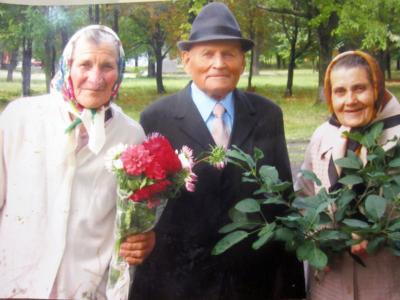 Babushki Galina i Ekaterina dedushka Vanya na svadbe U vnuchki  400x300 - Современные фотографии