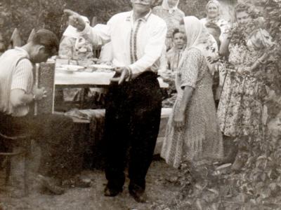 Ded Andrej i sosedi 400x300 - Давние фотографии