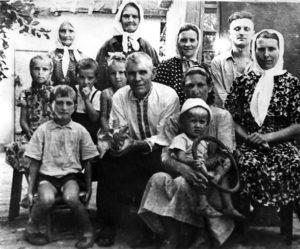 Ded Andrej s docheryu Mariej i zyatem Grigoriem v okruzhenii detej i sosedej Marii. V poslednem ryadu sleva mat Grigoriya. 1963 god. 300x249 - Дочь Мария
