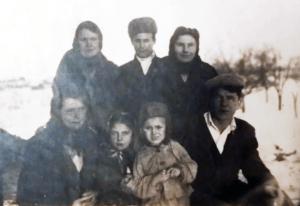 Анастасия, Татьяна, Мария, Катя, Петр и внук Валерий, сзади сосед Суржик деда Бойко, 1949 год