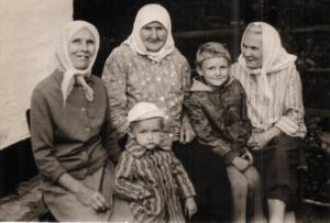 Fedora s vnukami baba Maryana sestra baby Ganny i Ulyana Novak plemyannitsa deda Bojko 1 300x203 - Предисловие автора
