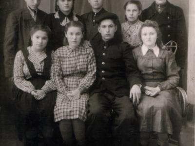 Gruppovoj snimok. Ekaterni i Nikolaj Bojko 400x300 - Сохранившиеся фотографии разных лет: детские и до замужества