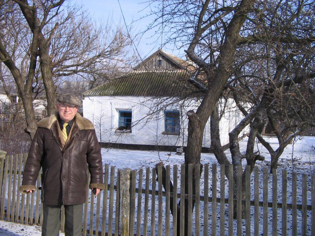Фото 10. В. И. Парубец рядом с домом деда в с. Куйбышево, 1993 год