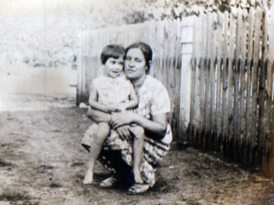 Katya Bojko s docheryu Lenoj v s. Kujbyshevo 400x300 - Фото семьи Екатерины: супруг, дети