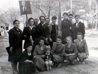 Katya Bojko s druzyami v Donetske na demonstratsii 1 maya  400x300 - Сохранившиеся фотографии разных лет: детские и до замужества