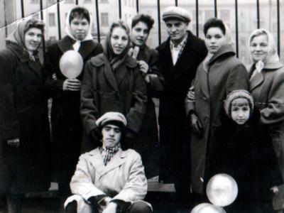 Katya Bojko s kollegami i druzyami na 7 noyabrya Donetsk 400x300 - Сохранившиеся фотографии разных лет: детские и до замужества