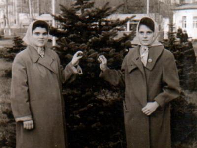 Katya Bojko s podrugoj v Donetske 400x300 - Сохранившиеся фотографии разных лет: детские и до замужества