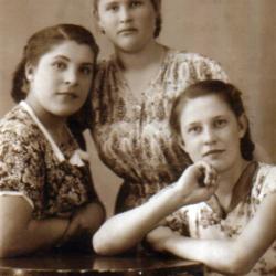 Сохранившиеся фотографии разных лет: детские и до замужества
