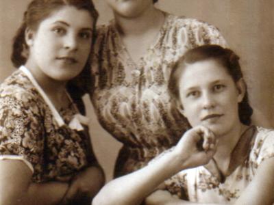 Katya Bojko v 16 let sprava s podrugami.  400x300 - Сохранившиеся фотографии разных лет: детские и до замужества