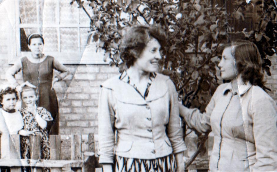 Катя Бойко в Куйбышево с подругой Валей