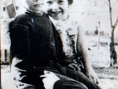 Lena s sosedskim malchikom v Kujbyshevo 400x300 - Фото семьи Екатерины: супруг, дети