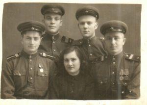 Nikolaj Demchenko vo vtorom ryadu sleva s odnopolchanami. 1946 god 300x214 - Дочь Татьяна
