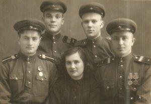 Nikolaj Demchenko vo vtorom ryadu sleva s odnopolchanami. 1946 god e1557397419622 300x207 - Мы помним о них!