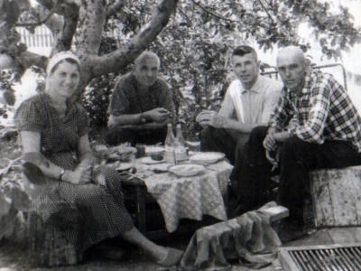 Petr Bojko s zhenoj Galinoj s rodstvennikami Urozhaj. 1963 god Foto V. Parubtsa 400x300 - Родственники Екатерины