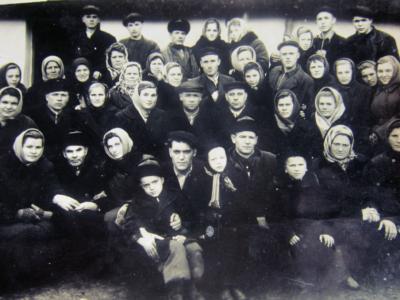 Sosedi Bojko P A 1958 60g. Nazarets Valentina i Nikolaj Dobriyan Bozhinska L. YA s mamkoj vnizu sprava   400x300 - Давние фотографии