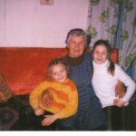 Татьяна Демченко с правнучками Евгенией и Юлией, 2002