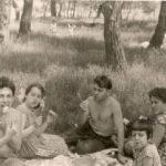 VALERIJ s semej sestry SHURY na ostrove Hortitsa. 1965 g 150x150 - Валерий и Шура