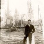 VALERIJ u pamyatnika na Ploshhadi Svobody. Zaporozhoe. 1962 g 150x150 - Разные фотографии