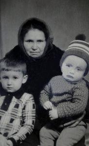 Ekaterina Mihajlovna v 62 goda s vnukami 1976 g 183x300 - Рассказывает Яна Кермощук
